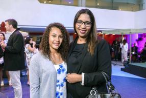 Noémie Alphonse, athlète unijambiste, avec Jocelyne L'Arrogant, Personal Assistant du Managing Director d'ABC Motors.