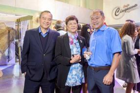 Anthony Tseung, Chief Operating Officer d'ABC Motors, avec le couple Leung, les gérants de Fine Touch Ltd.