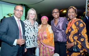 Jonathan Drew, High Commissioner of Great Britain, Kim Matthews, Director of the Durban Afro Jazz School of Music, Dr H.E. Dr N. Nokwe, Joanne Njoroge, General Manager d'Enghen Mauritius, et Wairimu Kanja-Ristic, Director of Teens in Control.