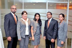Hans Aliphon, Branch Manager de l'agence, aux côtés de Véronique Manikam, Premila Muthoora, Dean Appajee et Carlyne Rahiman, tous Customer Service Representatives.