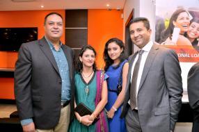 Ashok Ramgutty et son épouse d'Ashoka Sweets, en compagnie de leur fille et de Sarit Shah, directeur de Bank One.