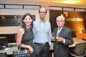 Christina Perrine-Hingun et son époux, le Dr Cassam Hingun, en compagnie du Dr Vivekanand Dewnarain.