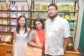 Veronique Camille, Brand Manager, Personal & Home Care chez Grays Ltd, en compagnie de Sandra et Derek Wan, clients VIP de L'Occitane.