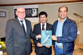 Lancement de la brochure commémorative du  38e anniversaire de la MAHRP par Kim Nielsen, Areff Salauroo et Hicham Zouanat.