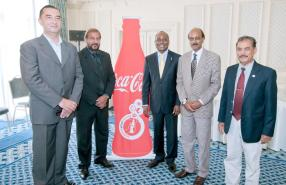 Bernard Theys, Chief Executive Officer de Phoenix Beverages Ltd, Devanand Rittoo, Lionel Marumahoko, le Dr Prakash Ramhith et Jugdishdev Phokeer, Permanent Secretary au ministère de la Jeunesse et des Sports.