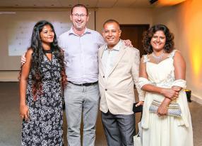 Ravindranath Boodhoo, Restaurant Manager au Constance Belle Mare Plage, accompagné de sa fille Yovnee, de son épouse Sandhya, et de Jérôme Faure, Corporate Sommelier au Constance Belle Mare Plage.