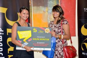 Catherine Fidèle-Pierre-Louis, Digital Coordinator à La Sentinelle, remettant les prix du concours «Shootez, postez, gagnez» à Shilpa Seerutun.