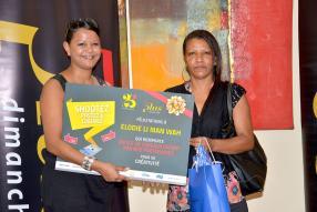 Catherine Fidèle-Pierre-Louis, Digital Coordinator à La Sentinelle, remettant les prix du concours «Shootez, postez, gagnez» à la mère d'Elodie Li Man Wah, venue représenter sa fille.
