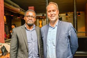 Moses Oguth, Business Consultant, et Matthew Gerdin, attaché politique à l'ambassade des états-Unis d'Amérique.