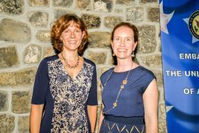 Susan Falatko, chargée d'affaires a.i., et Marjory Schleicher, Assistant Public Affairs Officer, toutes deux de l'ambassade desÉtats-Unis d'Amérique.