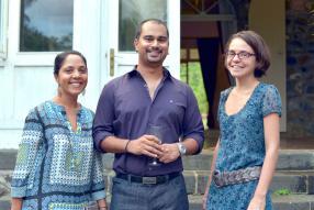 Sabrina Puddoo, psychologue et Project Coordinator de Love Bridge, en compagnie de Kunal Naïk, chargé de plaidoyer du Collectif Urgence Toxida (CUT), et d'Emilie Trousselier-Seepursaund, Grant Manager de PILS.