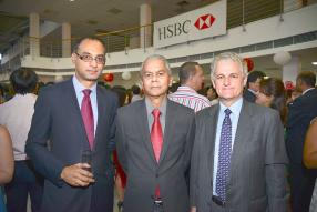 Nitin Ramlugon, Head of Retail Banking and Wealth Management à la HSBC, et Ramesh Basant Roi, Gouverneur de la Banque de Maurice, et Alastair J. Bryce.