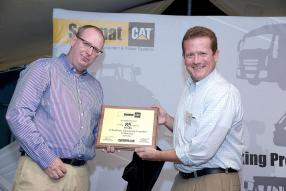 Nicolas Maigrot, CEO d'IBL, et Chris Monge, District Manager Southern Africa de Caterpillar.