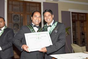 Ravi Kowlessur recevant le diplôme du Sabre d'Or aux côtés de Ravin Unthiah.