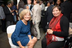 L'ambassadrice américaine Shari Villarosa et Danielle Wong, présidente du National Corporate Social Responsibility Committee.