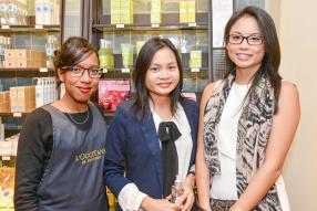 Mathilda Marchand, conseillère cosmétique de L'Occitane, en compagnie de Donna Cheung et Sarah-Jane Hung, clientes VIP de L'Occitane.