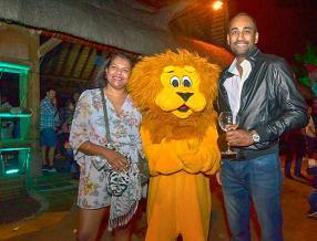 Caroline et Jérome Nieva, respectivement Logistics Executive Secretary à Panagora et représentant d'agence, posant avec la mascotte du Casela.