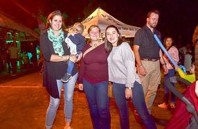 Julie Bristow, toiletteuse pour chiens, avec Jade Vanesste et Estelle de Sornay, respectivement volontaire et Animal Handler à Safari Adventures.