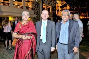 Rajeshwari Jayasankar de Campus Abroad, Peter Crisp, et Seshadri Jayasankar de Campus Abroad.