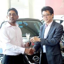 Dean Ah Chuen, Executive Director d'ABC Motors, remettant les clés du véhicule au gagnant Krishna Boochan Chiniah.