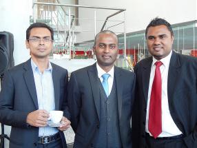 Kiran Bhurosy, Spare parts Manager, Vik Bungsy, Service Manager, et Damien Carver, Sales Advisor, tous trois d'ABC Motors.