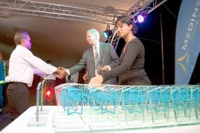Le président du conseil d'administration, René Leclézio, remettant un trophée.