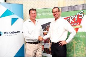 Tim Hedges, Managing Director de Fry's SA, et Jean Michel Rouillard, General Manager de BrandActiv, partenaire et distributeur exclusif des produits Fry's à Maurice.