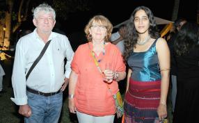 Boby et Anès Antoir, tous deux professeurs de lycée à Saint-Denis à la Réunion, en compagnie de l'auteure Amruta Patil.