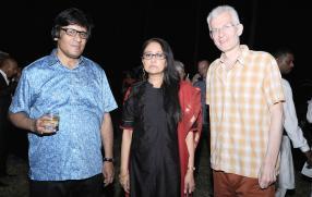 Le Professeur Chinmoy Guha  avec Ananda Devi  et Stephen Clarke, tous deux écrivains.