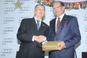 Échange de cadeaux entre le président de la République, Kailash Purryag, et Philip Ah-Chuen, Managing Director d'Allied Motors.