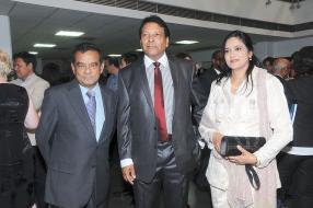Le vice-Premier ministre et ministre de l'Énergie et des Utilités publiques, Ivan Collendavelloo, en compagnie du couple Ahmud et Mooneeza Ozeerun.
