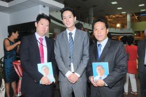 David Koon Kam King et Peter Yoo Foo encadrant Jonathan, le fils de Philippe Ah-Chuen.