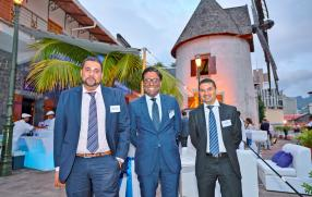 Adarsh Juwaheer, Investment Analyst, et Antish Seeruttun, Portfolio Manager, tous deux de MCB Capital Markets Ltd, et Kervin Magdelaine, Senior Relationship Manager chez AfrAsia Bank Ltd.