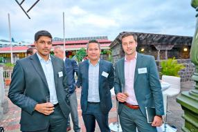 Raveeshan Pareathumby, Portfolio Manager chez Confident Asset Management, Melvyn Chung, Managing Director chez AXYS Stockbroking Ltd, et Alexis Corson, Investment Analyst chez AXYS Stockbroking Ltd.