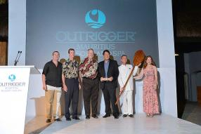 Daren Edmonstone, Managing Director, Asia Pacific Outrigger Hotels and Resorts, le Dr Charles R. Kelley, Chairman of the Board of Outrigger Enterprises Group, David Carey, Chief Executive Officer, Michael Sik Yuen, ministre du Tourisme, Frederic Chretien, General Manager, et Bitsy Kelley, Outrigger VP Corporate Communications.