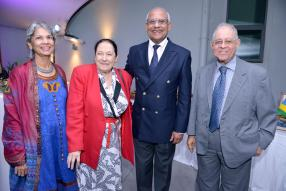 Maudave Fazila, invitée, Chasle Aimée, responsable des Centres de Lecture d'Animation Culturelle pour le ministère des Arts et de la culture, Gérard Manuel, maître de cérémonie, et l'économiste Pierre Dinan.