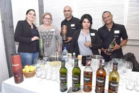 Olivia Aliphon, sommelier-conseil et caviste chez Grays Ltd, Sandra Masson, Restaurant Manager chez Wine Connection, Bryan Anthonee de Grays Ltd, Deepa Manrakhan, Spirits Brand Manager chez Grays Ltd, et Clinton Marie de Grays Ltd.