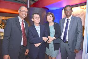 Benoit Coosnapa, Acting Head of Consumer Propositions à la Barclays Bank Mauritius Limited, Alain Cheung Kai Kai et son épouse, Premier Banking Customers, et Franco Davis, Finance Director, Barclays Bank Mauritius Limited.