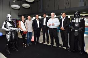 Lewis Ah Ching et son épouse aux côtés de Rony Lam, Chief Executive Officer (CEO) de MCB Capital Markets, le Dr Ramesh Caussy de Partnering Robotics, Pierre Guy Noël, CEO du MCB Group, et Joël Lambert, Head of Legal, MCB Investment Services.