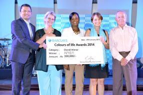 Barclays Colours of Life Award 2014 Winner : Ravin Dajee, directeur général de la Barclays Bank Mauritus Limited, Irène Alessandri, représentante de l'APEIM, la ministre Aurore Perraud, Marie-Françoise Montocchio, représentante de l'APEIM, et sir Victor Glover, président du jury.