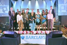 Les représentants des ONG récompensées entourés de Soomilduth Bholah, ministre des Affaires, des Entreprises et des Coopératives, Aurore Perraud, ministre de l'Égalité des Genres, du Développement de l'Enfance et du Bien-être de la Famille (1errang à g.), sir Victor Glover, président du jury (1errang à dr.), Jeremy Stockdale, maître de cérémonie, et Ravin Dajee, directeur général de la Barclays Bank Mauritus Limited (2erangà g.).