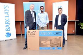 Premier prix janvier 2014 : Michael Patrice Arokium, entouré de Jeremy Stockdale et Cyril Wong, Vice-Chairman de la Barclays Bank Mauritius Limited.