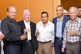 K. Gungah aux côtés de Serge Rivière, Ivan Collendavelloo, vice-Premier ministre et ministre de l'Énergie et des Utilités publiques, Amaresh Ramlugan, président de la Old Royals Association, et Denys Martineau.