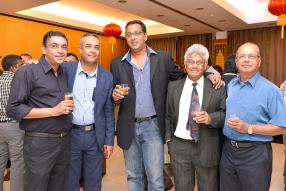 Satyan Ramdharry avec Amaresh Ramlugan et le ministre des Services financiers, de la Bonne gouvernance et des Réformes institutionnelles, Roshi Bhadain, Gaston Laurent et Suren Ramdenee.