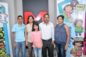 Rakesh et Reena Gaju de Hubway, et leurs enfants Ria et Rohan, en compagnie de Maita Lallman, Assistant Reservation Manager de LSL.