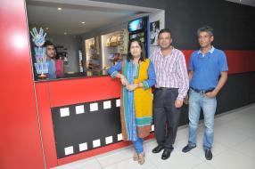 Rajesh Callicharan et son épouse, en compagnie de Salim Johar, directeur technique de MCiné.