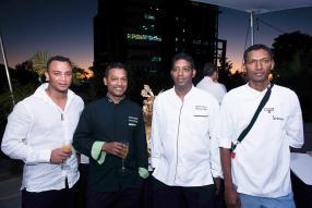 Michael Louise, Baking Technical Officer de La Fournée des Moulins, en compagnie de trois participants au concours pièces artistiques.