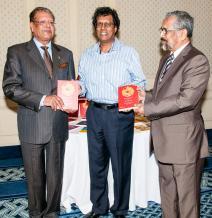 Rama Poonoosamy, éditeur de Collection Maurice et directeur d'Immedia, avec le président Kailash Purryah et l'ancien président Cassam Uteem.