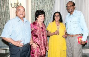 L'auteur Ramesh Ramdoyal et son épouse Meera avec le Dr Ambiga Soobrooyen et son épouse Maya.