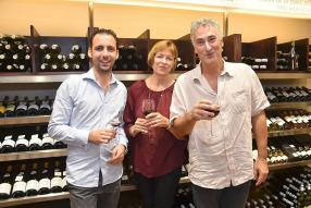 Pierre-Jean Renaud, sommelier de la boutique 20/Vin de Grand-Baie, Judith Grammatopoulo, de RSbox Construction et Christian Imbo, directeur de RSbox Construction.